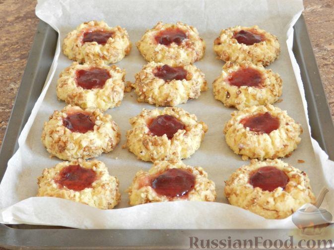 Фото приготовления рецепта: Печенье с орехами и джемом - шаг №12