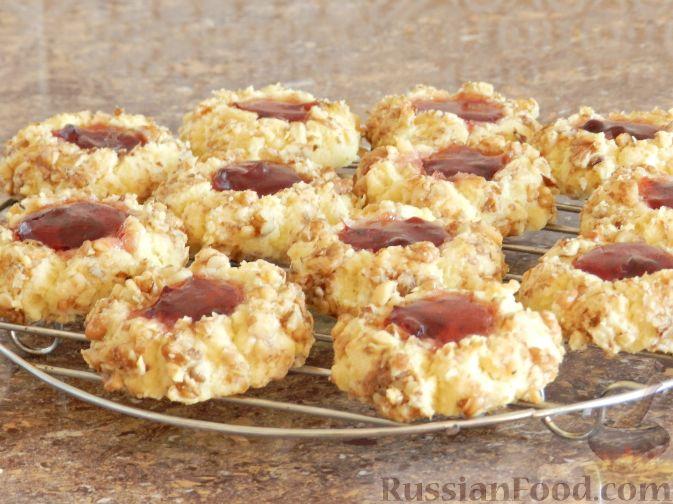 Фото приготовления рецепта: Печенье с орехами и джемом - шаг №13