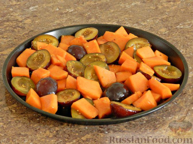 Фото приготовления рецепта: Теплый салат из тыквы, слив и сыра - шаг №5
