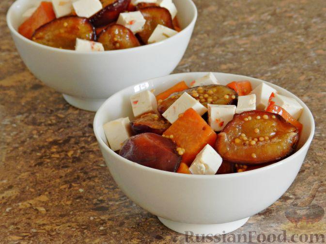 Фото приготовления рецепта: Теплый салат из тыквы, слив и сыра - шаг №8