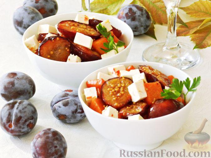 Фото приготовления рецепта: Теплый салат из тыквы, слив и сыра - шаг №9