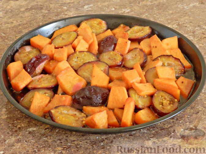 Фото приготовления рецепта: Теплый салат из тыквы, слив и сыра - шаг №6