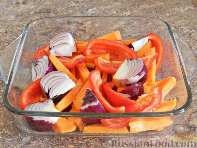 Фото приготовления рецепта: Запечённая курица с тыквой и перцем - шаг №4