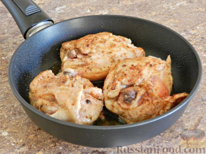 Фото приготовления рецепта: Запечённая курица с тыквой и перцем - шаг №5