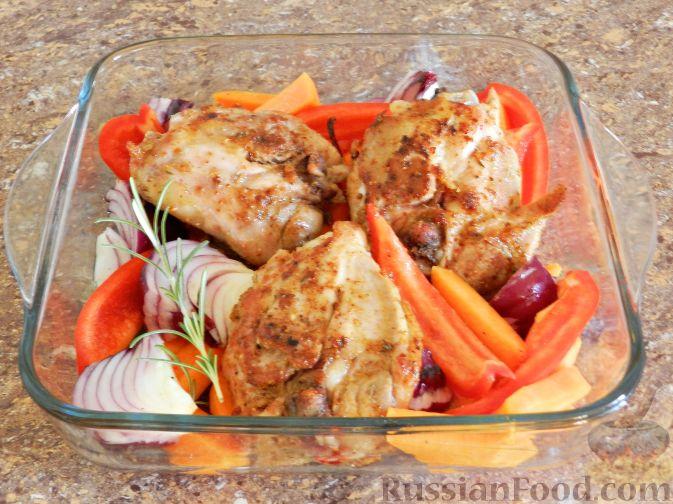 Фото приготовления рецепта: Запечённая курица с тыквой и перцем - шаг №6