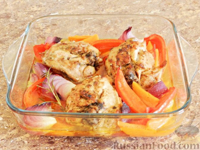 Фото приготовления рецепта: Запечённая курица с тыквой и перцем - шаг №7