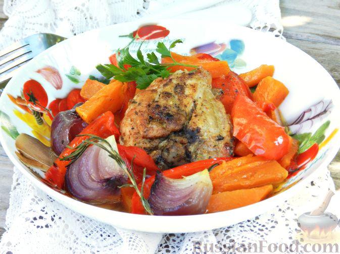 Фото приготовления рецепта: Запечённая курица с тыквой и перцем - шаг №8