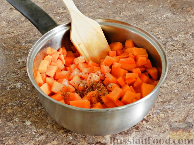 Фото приготовления рецепта: Суп-пюре из тыквы, с беконом и орехами - шаг №6