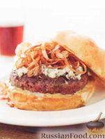 Фото к рецепту: Сочный бургер с говяжьей котлетой и жареным луком