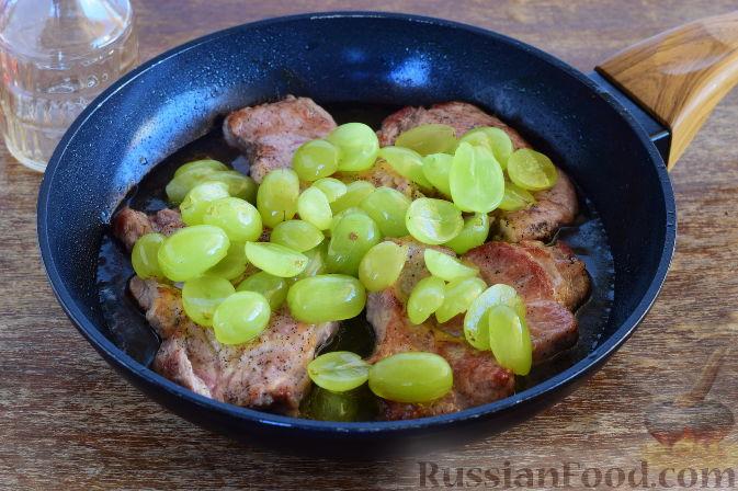 Фото приготовления рецепта: Свинина с виноградом - шаг №6