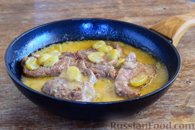 Фото приготовления рецепта: Свинина с виноградом - шаг №12