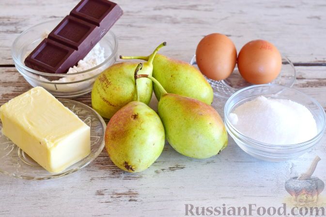 Фото приготовления рецепта: Салат из капусты с колбасой и зелёным горошком - шаг №4