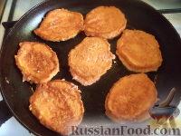 Фото приготовления рецепта: Морковные оладьи с манкой и яблоком - шаг №5