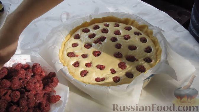 Фото приготовления рецепта: Твoрожный пирог с малиной - шаг №7