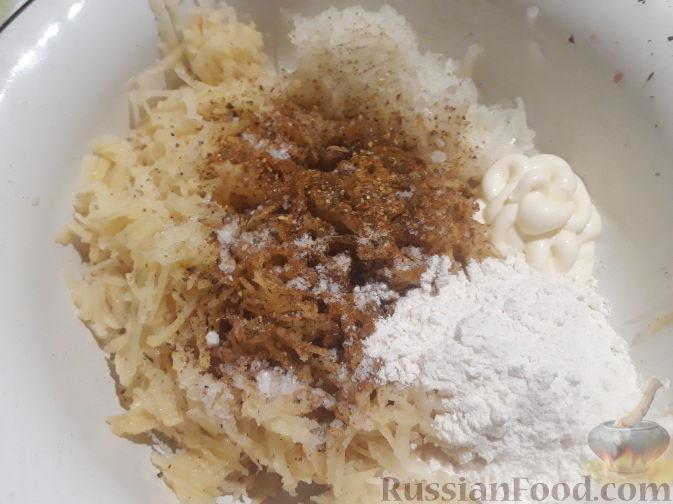 Фото приготовления рецепта: Слоёный салат со свёклой, кукурузой, колбасой и маринованными огурцами - шаг №2