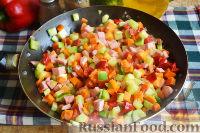 Фото приготовления рецепта: Запеканка с овощами, колбасой и гречневыми хлопьями - шаг №9