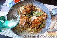 Фото приготовления рецепта: Курица с айвой, в сидре - шаг №7