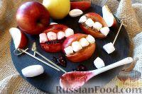 """Фото к рецепту: """"Зубы вампира"""" из яблок и конфет"""