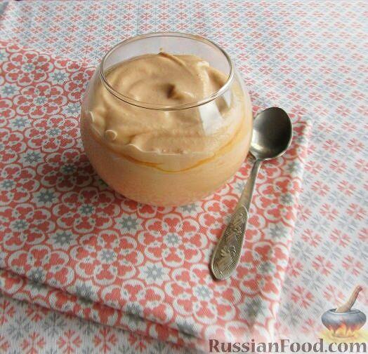 Фото приготовления рецепта: Слоёный салат с копчёной курицей, картофелем, морковью, свёклой и черносливом - шаг №8