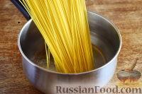 Фото приготовления рецепта: Спагетти с томатным соусом (с фаршем и колбасой) - шаг №3