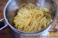 Фото приготовления рецепта: Спагетти с томатным соусом (с фаршем и колбасой) - шаг №12