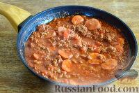Фото приготовления рецепта: Спагетти с томатным соусом (с фаршем и колбасой) - шаг №13
