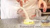 Фото приготовления рецепта: Бисквитно-фруктовый рулет - шаг №3