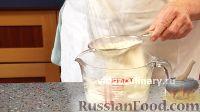 Фото приготовления рецепта: Бисквитно-фруктовый рулет - шаг №5