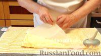 Фото приготовления рецепта: Бисквитно-фруктовый рулет - шаг №7