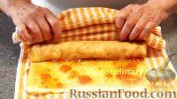 Фото приготовления рецепта: Бисквитно-фруктовый рулет - шаг №9