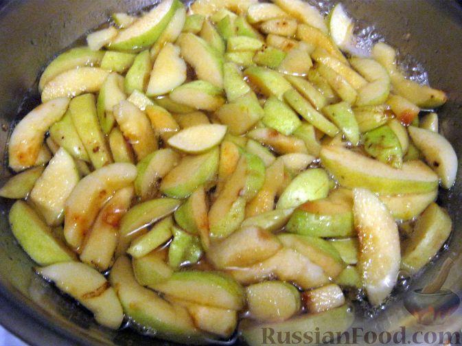 Фото приготовления рецепта: Варенье из айвы с орехами и лимоном - шаг №4