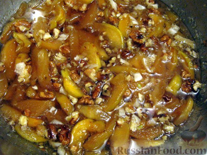 Фото приготовления рецепта: Варенье из айвы с орехами и лимоном - шаг №7