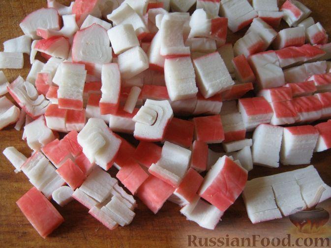 Фото приготовления рецепта: Салат с консервированными ананасами - шаг №4