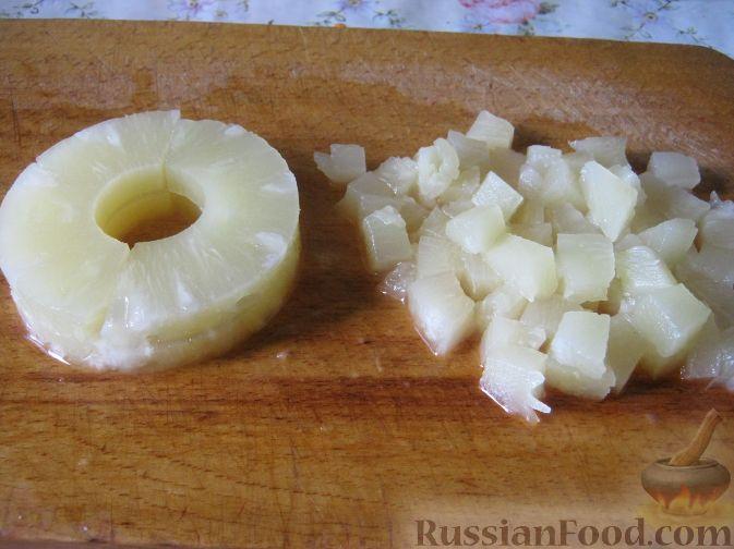 Фото приготовления рецепта: Салат с консервированными ананасами - шаг №5