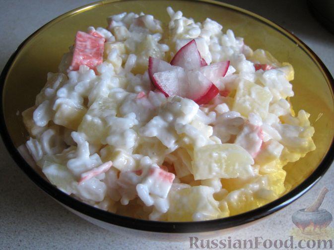 Фото приготовления рецепта: Салат с консервированными ананасами - шаг №7