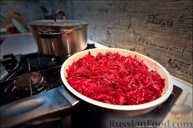 Фото приготовления рецепта: Капуста, тушенная с мясом, грибами и айвой - шаг №4
