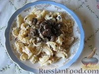 Фото к рецепту: Паста с грибами, базиликом и грецкими орехами