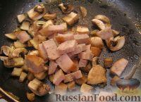 Фото приготовления рецепта: Макароны с грибами, ветчиной и помидорами под сыром - шаг №2