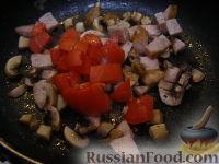 Фото приготовления рецепта: Макароны с грибами, ветчиной и помидорами под сыром - шаг №3