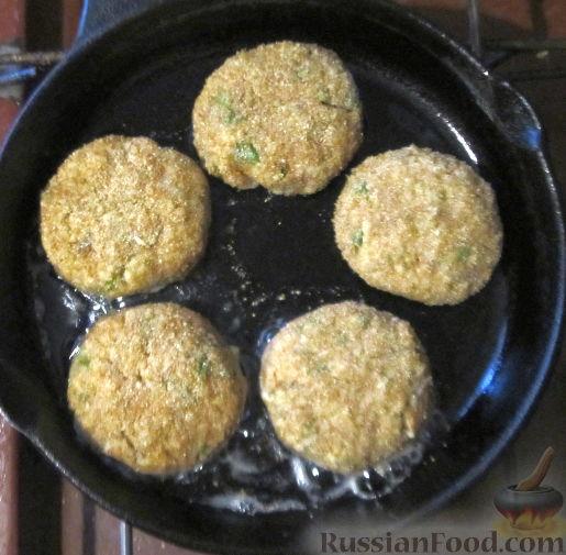 Фото приготовления рецепта: Хлебный омлет с ветчиной, помидорами и сыром - шаг №6
