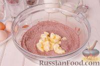 Фото приготовления рецепта: Шоколадный пирог с вишней - шаг №4