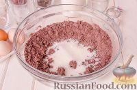 Фото приготовления рецепта: Шоколадный пирог с вишней - шаг №5
