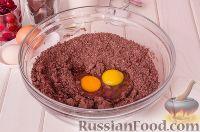 Фото приготовления рецепта: Шоколадный пирог с вишней - шаг №6