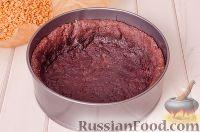 Фото приготовления рецепта: Шоколадный пирог с вишней - шаг №9