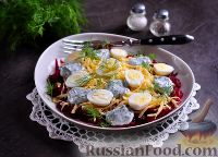 Фото к рецепту: Салат со свеклой, сыром и яйцами