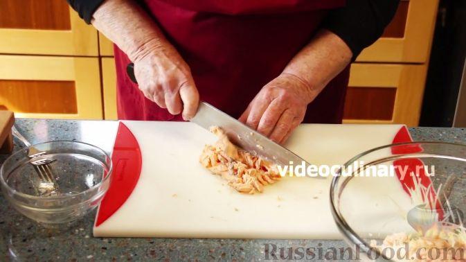 """Фото приготовления рецепта: Рыбный салат """"Лакомка"""" - шаг №5"""