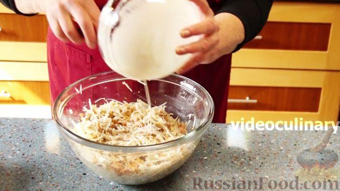 """Фото приготовления рецепта: Рыбный салат """"Лакомка"""" - шаг №7"""