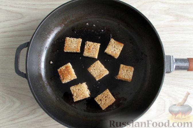Фото приготовления рецепта: Щи из квашеной капусты с беконом, грибами и томатной пастой - шаг №6