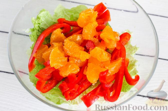 Фото приготовления рецепта: Салат с курицей и апельсинами - шаг №6