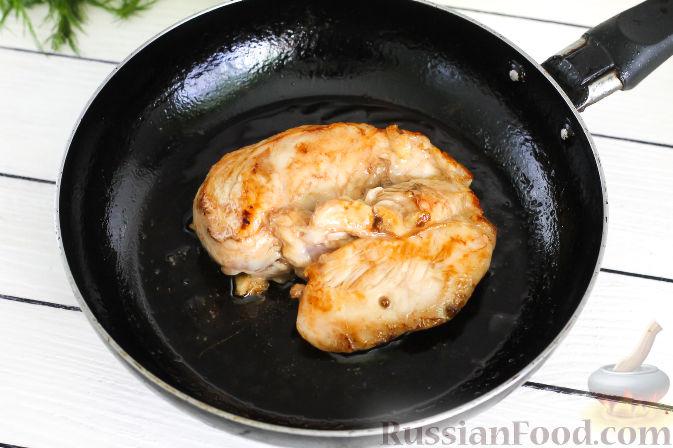 Фото приготовления рецепта: Салат с курицей и апельсинами - шаг №7